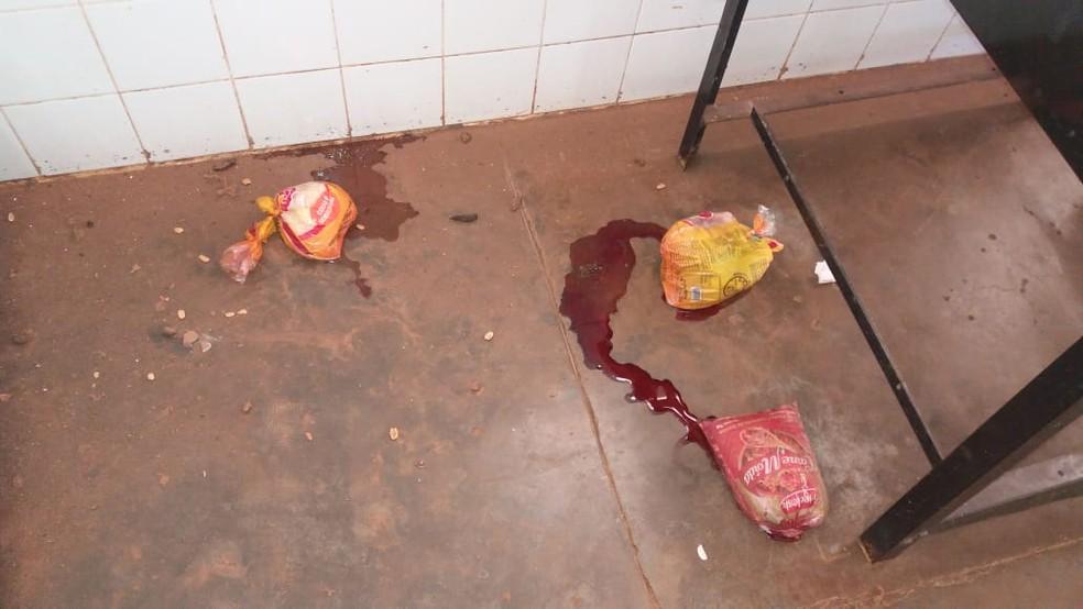 Alimentos foram retirados de congeladores e jogados no pátio — Foto: Escola Municipal Eva Ruas / Divulgação