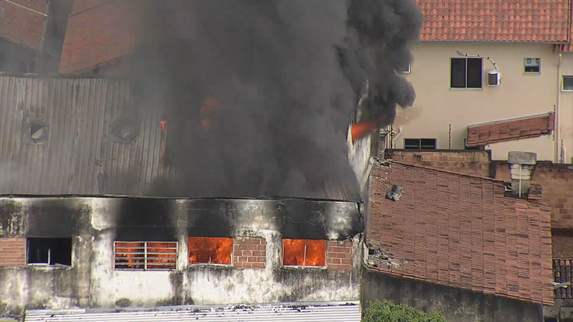 Incêndio atinge galpão no bairro Parque São José, na Região Oeste de Belo Horizonte
