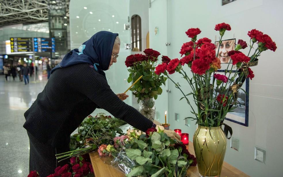 Pessoas deixam flores no aeroporto de Sochi um dia depois da queda do avião militar russo (Foto: Yekaterina Lyzlova/AFP)