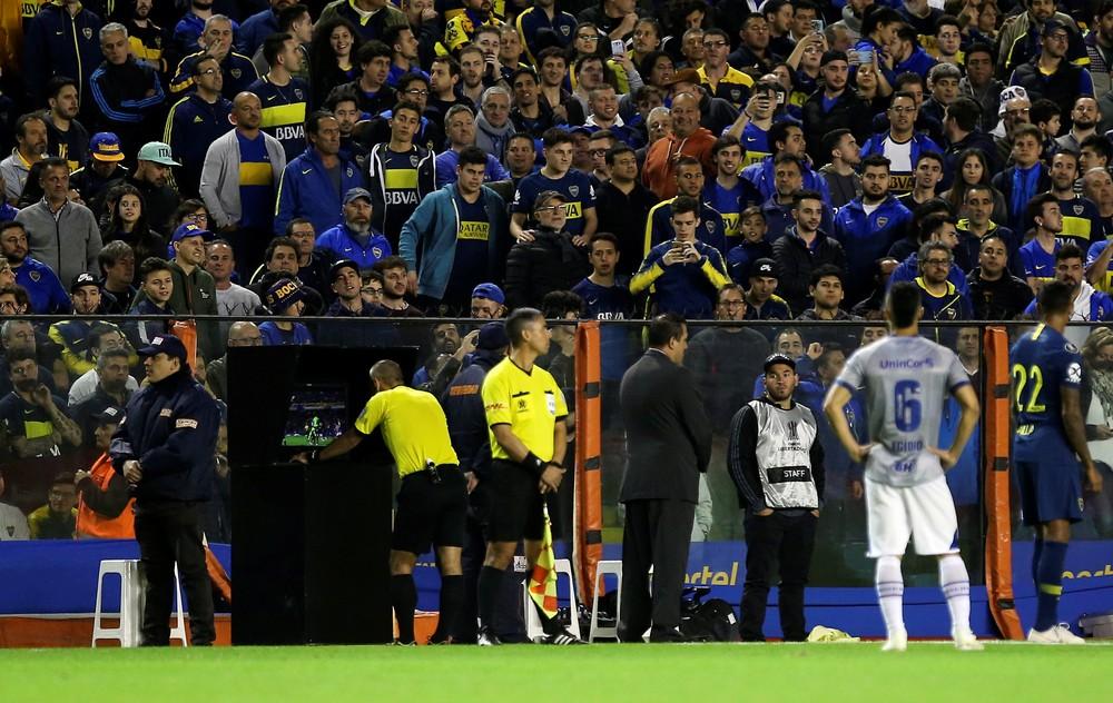 Conmebol admite preocupação com arbitragem de Boca x Cruzeiro e diz já ter tomado medidas