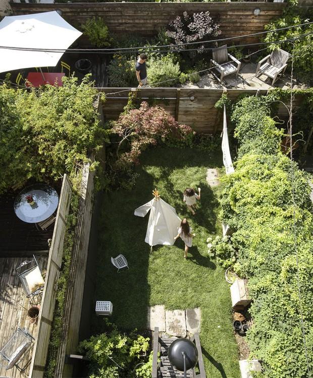 A casa conta com um quintal espaço para as crianças brincarem ao ar livre (Foto: Indecora/ Reprodução)