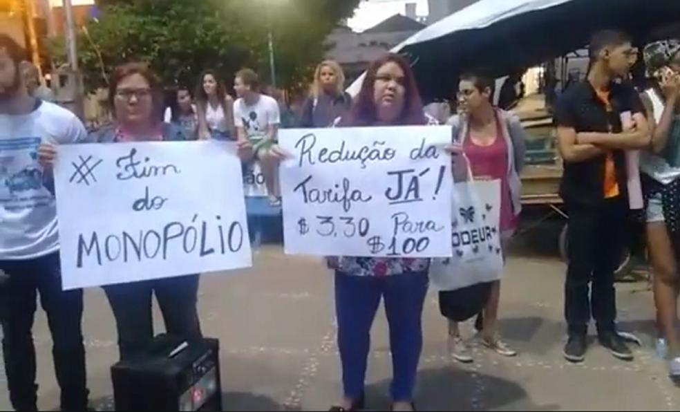 Manifestantes se organizaram na Praça dos Camelôs e saíram em passeata pelas ruas do Centro com cartazes e instrumentos de percussão (Foto: Reprodução/Blog do Adilson Ribeiro)