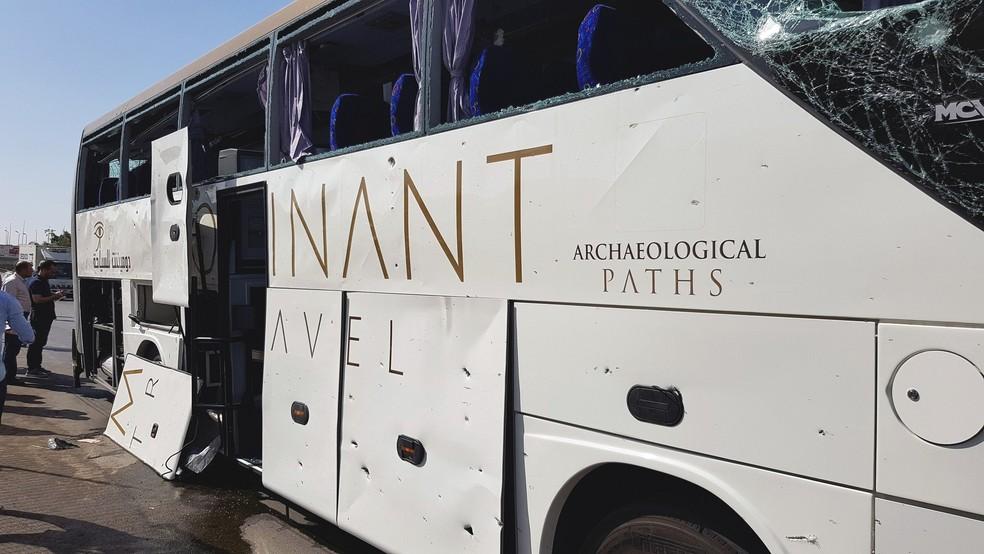 Explosão quebrou janelas de ônibus na estrada até as Pirâmides de Gizé, no Cairo — Foto: Ahmed Fahmy/Reuters