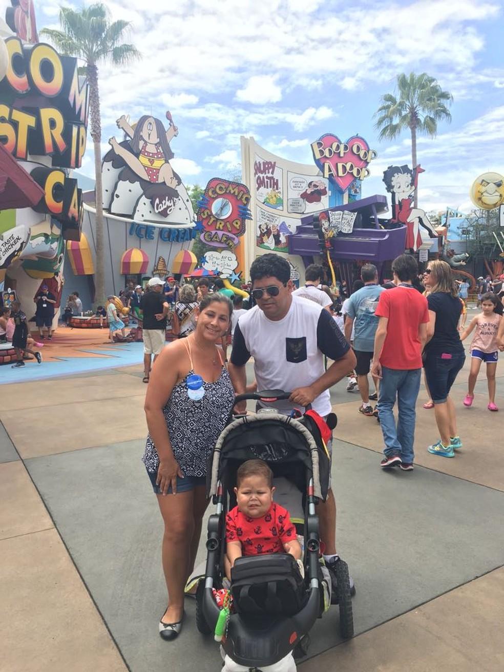 Davi Miguel e os pais, em um dos parques da Disney, nos Estados Unidos, à convite de ONG (Foto: Arquivo pessoal)