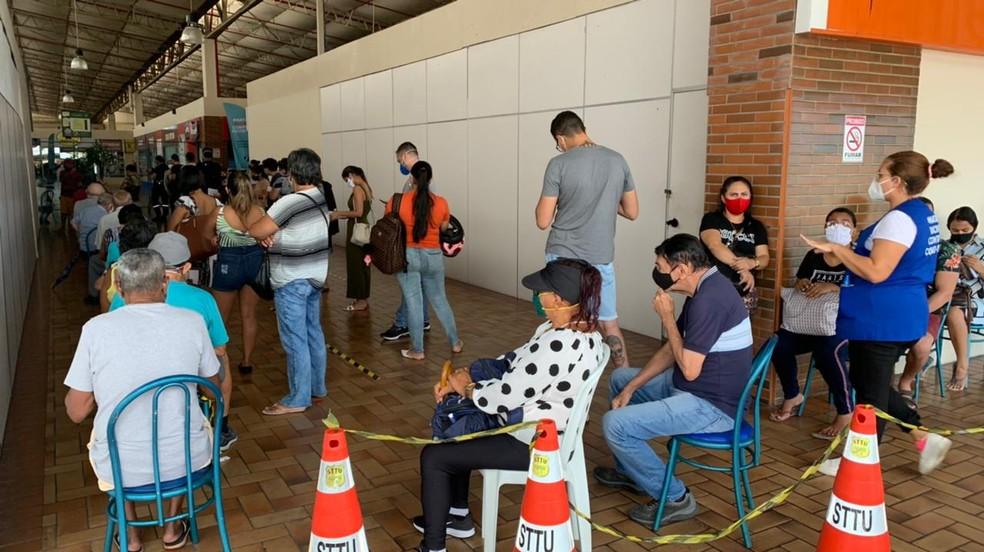 Fila de vacinação contra Covid-19 para idosos e profissionais de saúde no shopping Via Direta, em Natal. — Foto: Anna Alyne Cunha/Inter TV Cabugi