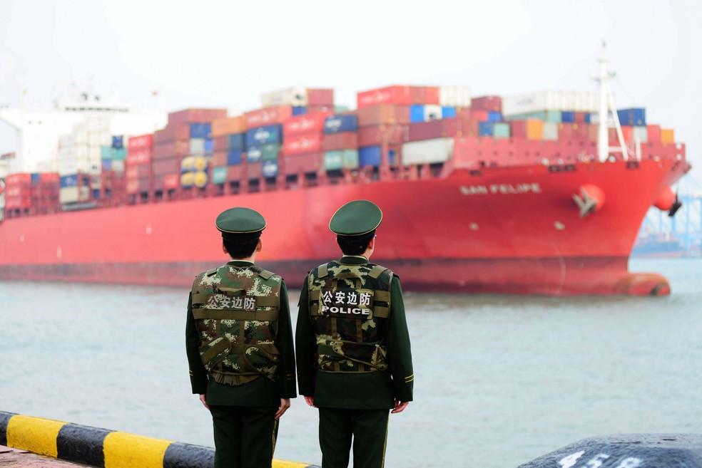 Mercadorias da China partem em navio em um porto na província chinesa de Shandong (Foto: AFP)