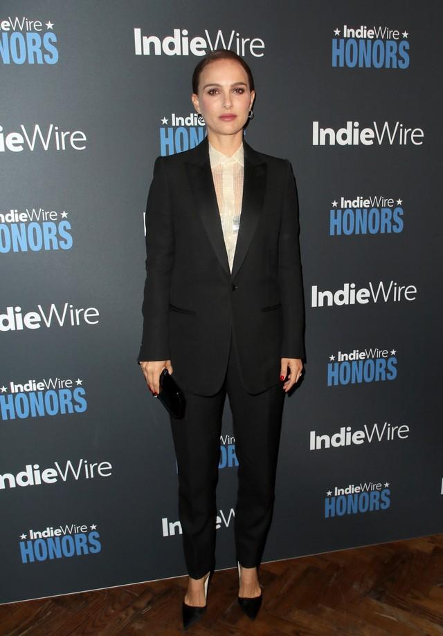 Natalie Portman, de Dior, em um look bem clássico (Foto: Getty Images)