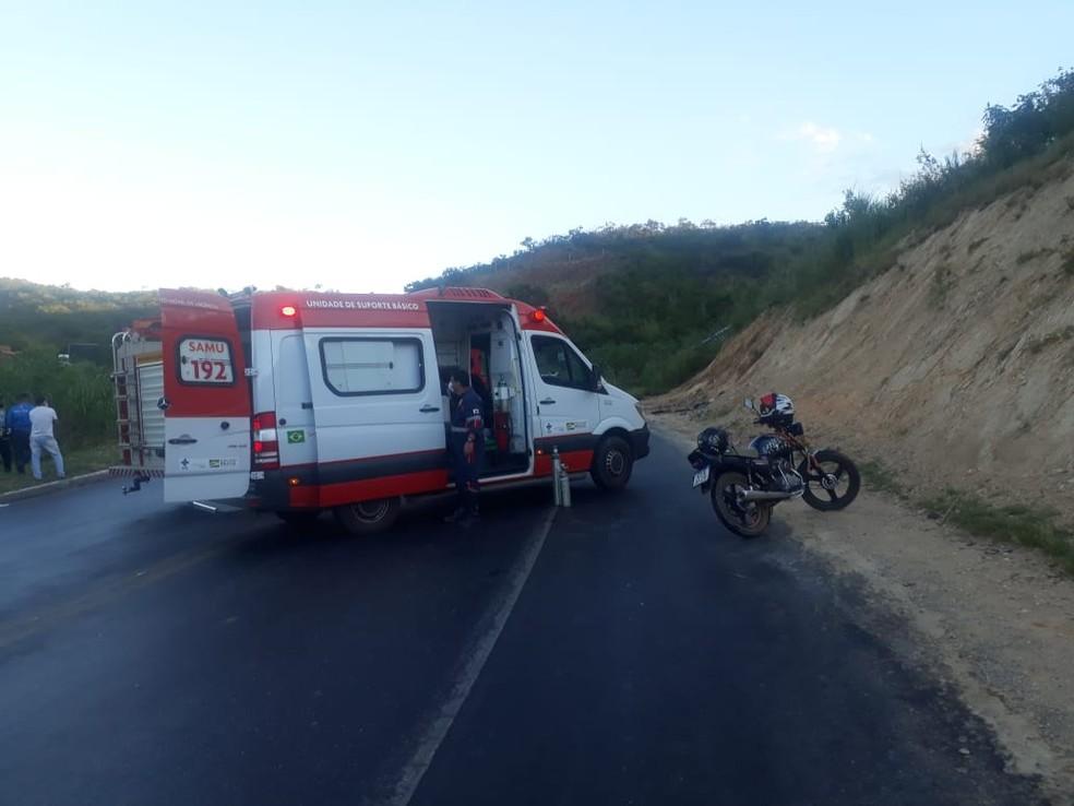 Motorista foi ejetado da cabine e caiu em cima de um barranco — Foto: Samu/ Divulgação