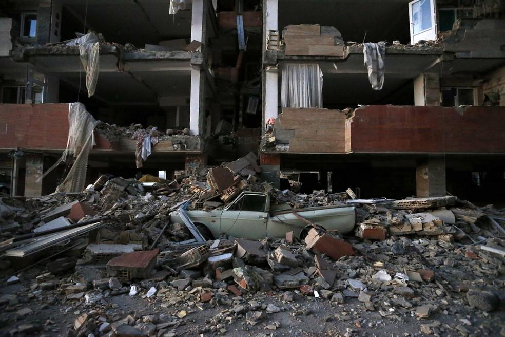 Carro destruído sobre destroços de prédio após terremoto na cidade de Sarpol-e-Zahab, no Irã (Foto: ouria Pakizeh/ISNA/AP)