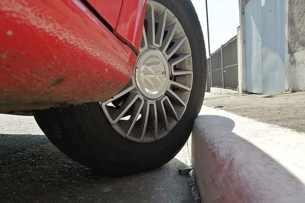 Quando a roda é apoiada na calçada, o pneu sofre uma deformação. Muito tempo assim, e essa deformação é permanente (Foto: Renan Sousa)