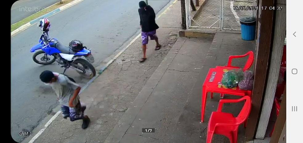 Dupla foi reconhecida pelas roupas que usava no crime em Conchas  — Foto: Circuito de segurança/Reprodução