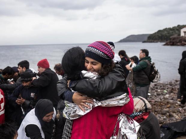 Gabriela Shapazian abraça refugiada na ilha de Lesbos, na Grécia (Foto: Arquivo pessoal/Gabriela Shapazian)
