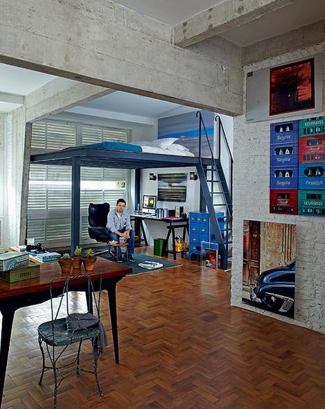 O apartamento antigo de pé-direito alto foi transformado em um loft pelo fotógrafo Lufe Gomes. Ele criou um mezanino com vigas de aço, onde fica o colchão. Na parte de baixo, fica o escritório, onde ele trabalha