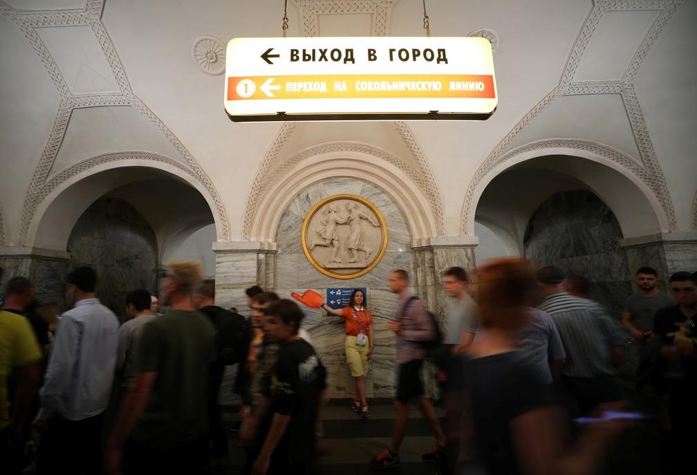 Em russo e no alfabeto cirílico, placa no metrô de Moscou indica saída da estação (Foto: Reuters/Albert Gea)