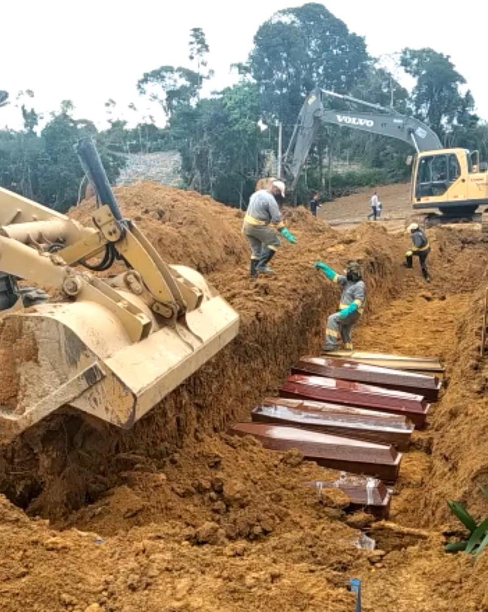 Valas comuns são abertas para enterrar corpos coletivamente, em Manaus. — Foto: Reprodução/Internet