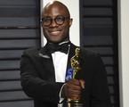 Barry Jenkins com o Oscar que recebeu por 'Moonlight' | Evan Agostini / AP
