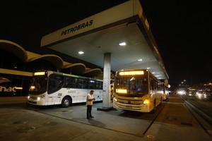Ônibus abastecendo em posto de combustível em Bonsucesso, na Zona Norte do Rio