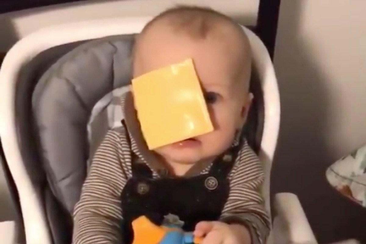 Bebê filmado durante o #cheesechallenge (Foto: Reprodução Twitter)