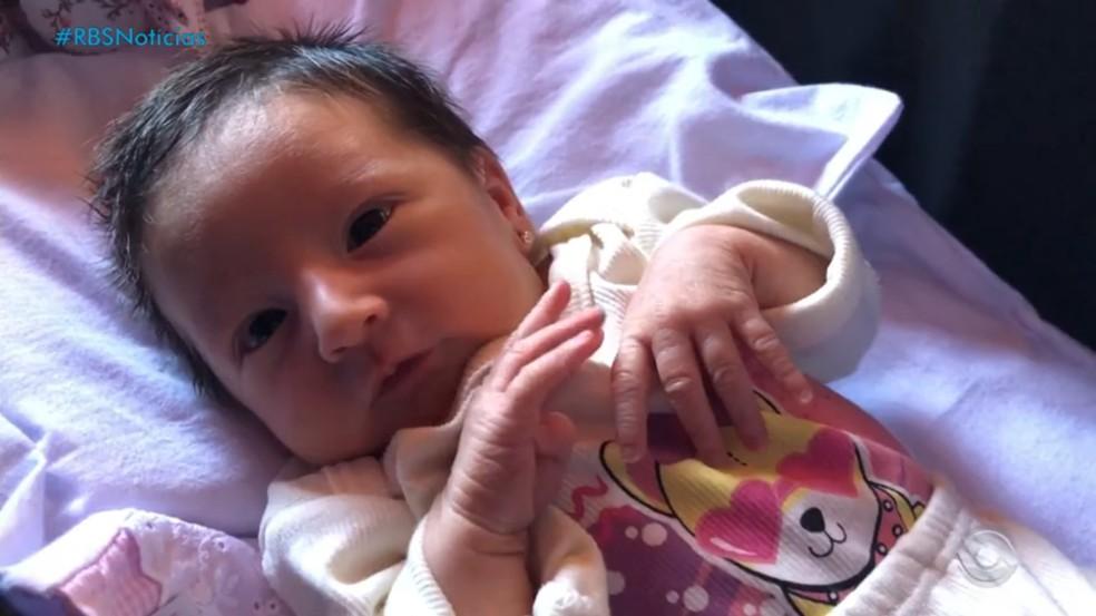 Júlia, de apenas 6 dias, foi salva em Alegrete — Foto: Reprodução/RBS TV