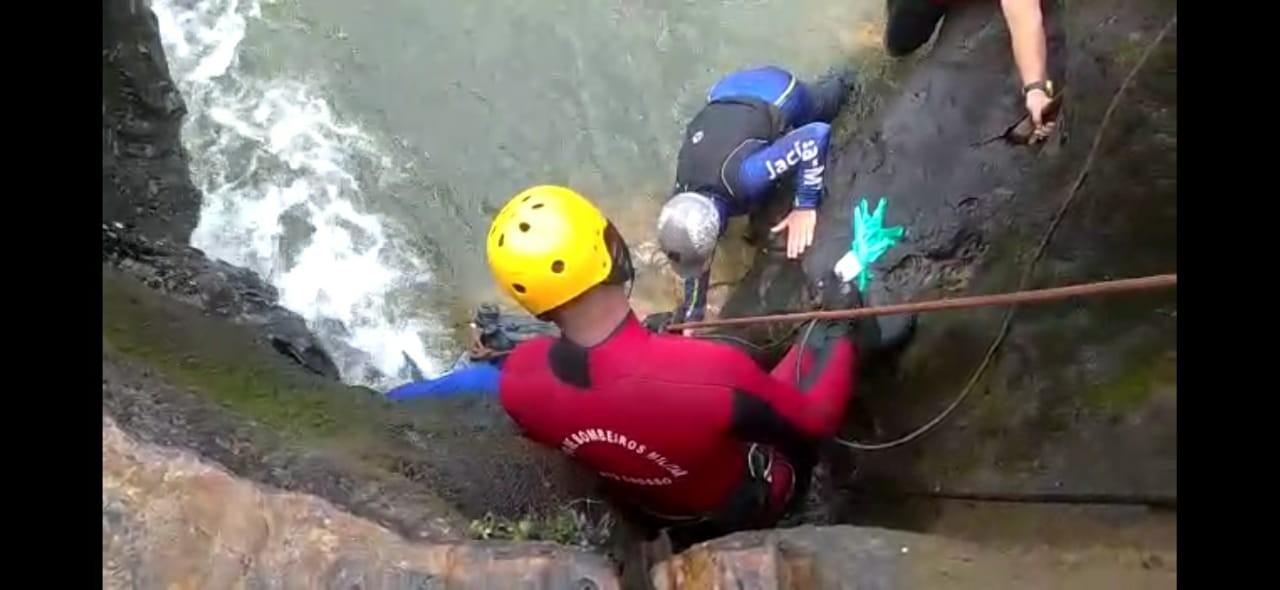 Corpo de jovem que morreu afogado em cachoeira fica preso em fenda e bombeiros têm dificuldades para resgate em MT