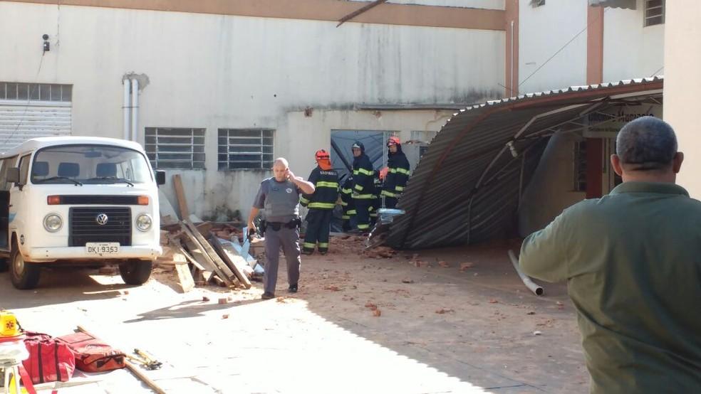 Bombeiros estão no local e fazem o atendimento da ocorrência  (Foto: Fernanda Ubaid / TV TEM )