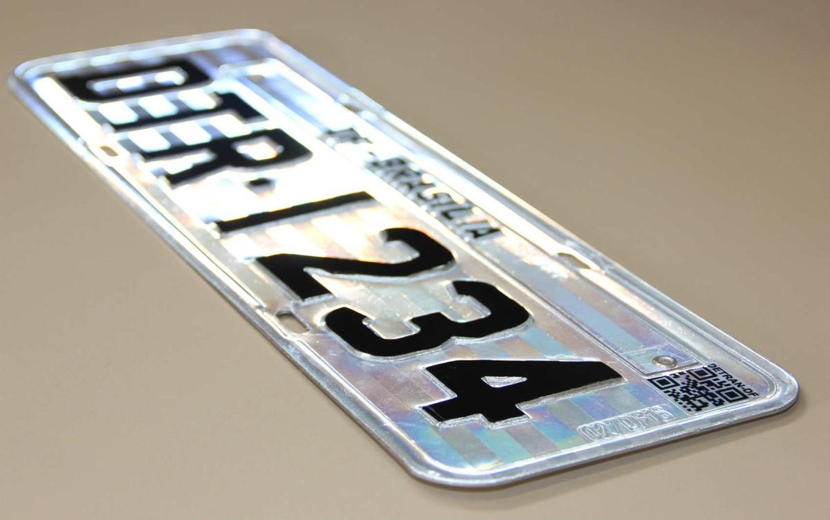 Placa com QR Code está em 12% da frota do DF, um ano após implantação