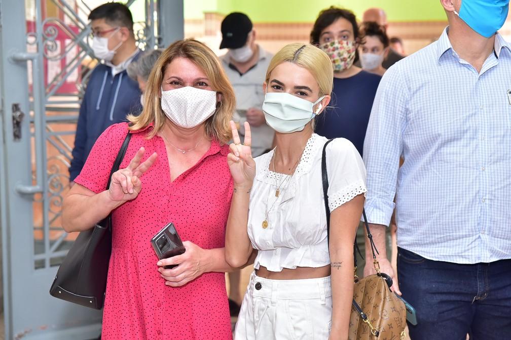 Manu Gavassi vai com sua mãe, Daniela Gavassi, votar em colégio da Vila Mariana — Foto: Leo Franco/AgNews