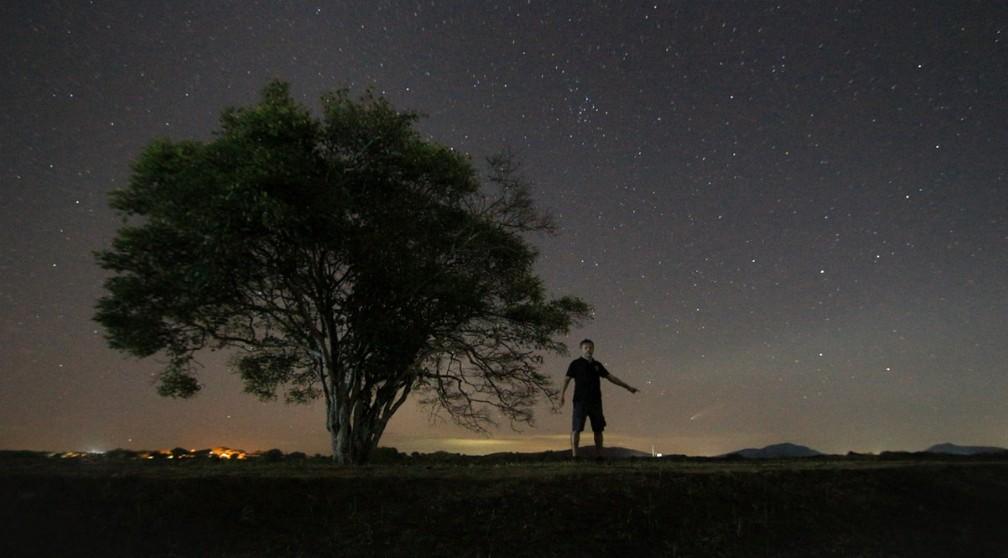 Cometa ficou visível a olho nu em 3 de julho quando atingiu seu periélio, ponto de sua órbita mais próximo do Sol. — Foto: Lauriston Trindade/Arquivo Pessoal