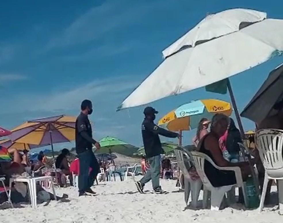 Fiscais orientaram e alertaram banhistas sobre novas proibições em Cabo Frio, RJ, nesta terça-feira (16) — Foto: Reprodução/Redes sociais
