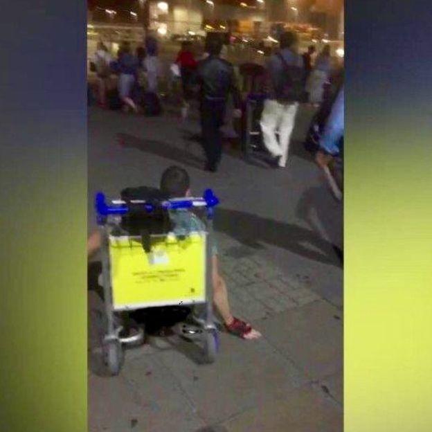 Depois de se arrastar pelo aeroporto, Levene subiu em um carrinho de bagagem para conseguir chegar ao ponto de táxi (Foto: Justin Levene/BBC)