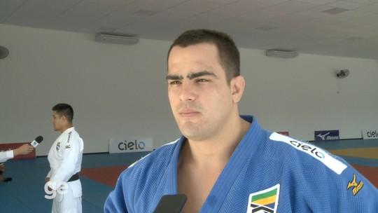 Mãos quentes! Brasileiro adota tática curiosa para tentar bater gigante francês