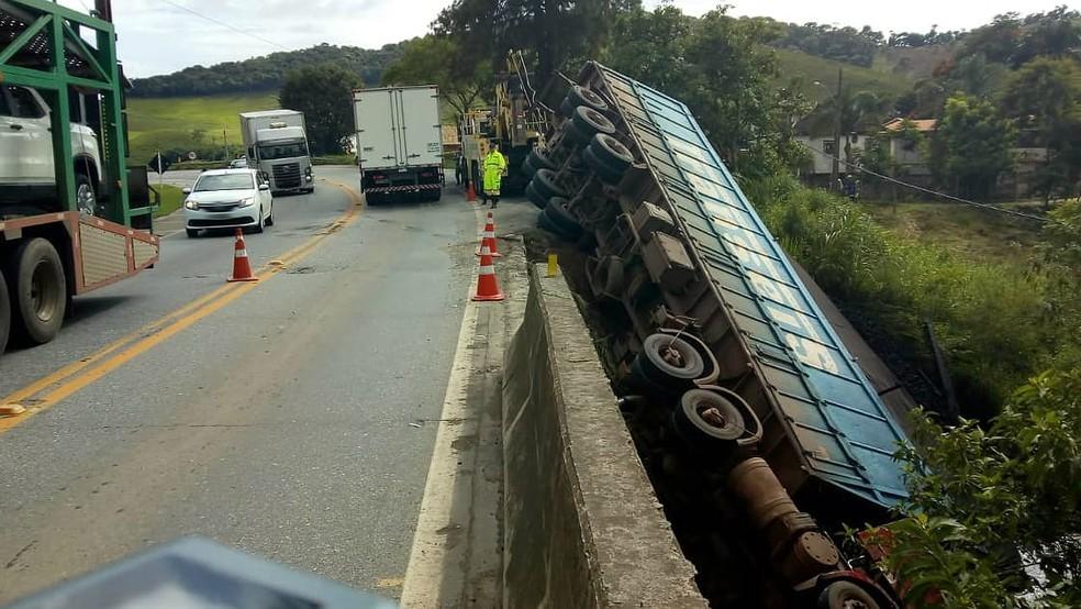 Carreta é retirada após acidente com uma morte na BR-040 em Santos Dumont - Noticias