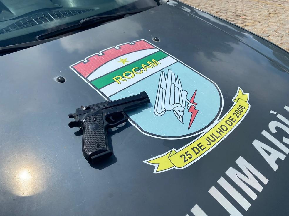 Arma falsa foi apreendida com assaltantes em Natal. — Foto: Kleber Teixeira/Inter TV Cabugi