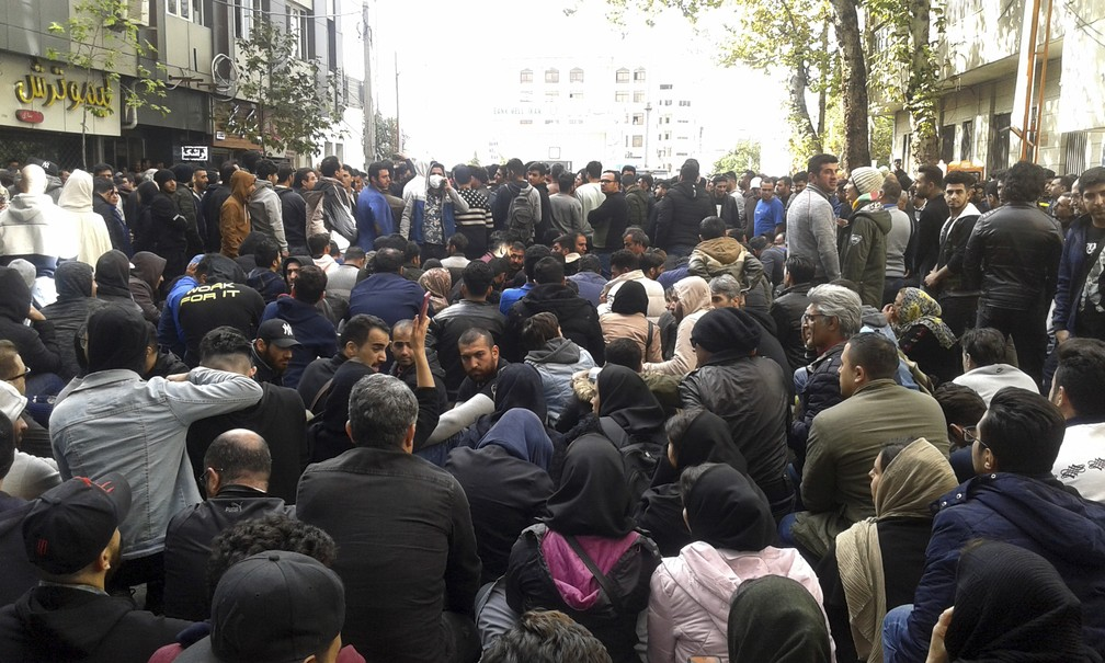 Manifestantes protestam contra aumento no preço da gasolina em Sari, no norte do Irã, no sábado (16) — Foto: Mostafa Shanechi/ISNA via AP