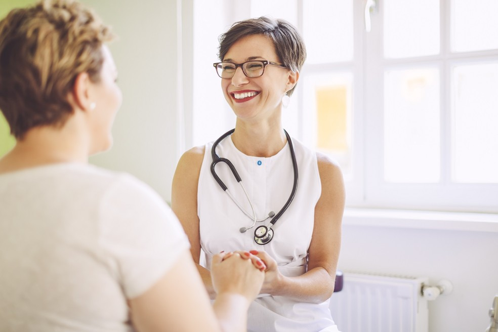 Médico esclarece dúvidas sobre a hora de procurar de procurar um geriatra. (Foto: Ilustração/ Farma Conde)