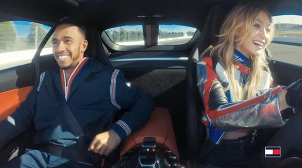 Gigi Hadid e Lewis Hamilton em propaganda que supostamente iniciou a química entre os dois (Foto: Reprodução/YouTube)