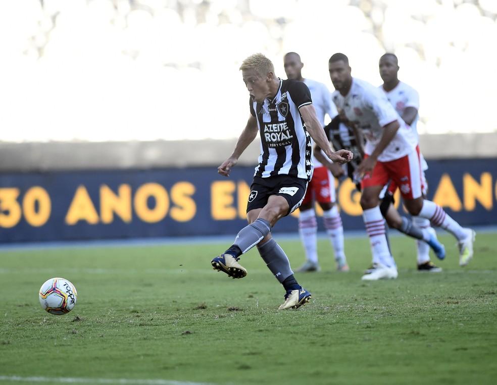 Honda cobra pênalti e marca seu primeiro gol pelo Botafogo — Foto: André Durão