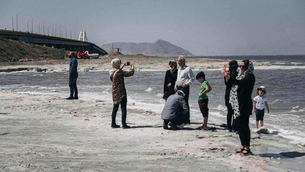 No fim de 2020, o lago havia se recuperado significativamente, e os turistas saudaram o retorno das águas — Foto: GETTY IMAGES por BBC