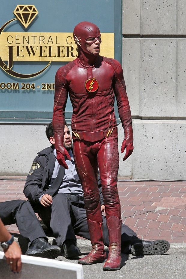 Grant Gustin, o protagonista de The Flash, com o novo uniforme do personagem (Foto:  Backgrid)