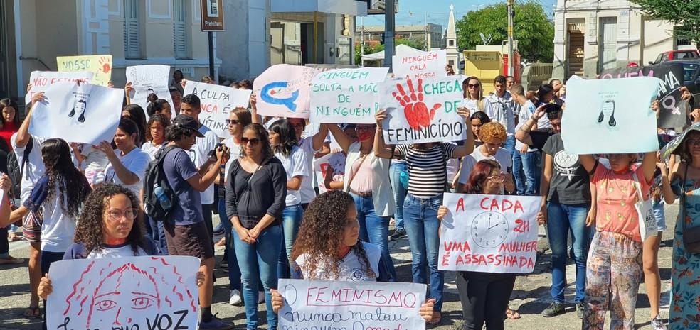 População de Currais Novos protestou em lembrança à morte de Zaira Cruz e pelo fim da violência contra as mulheres — Foto: Rayssa Aline/Cedida
