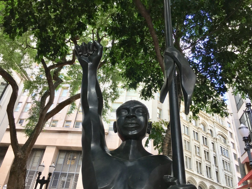 Estátua na rua São Bento, em São Paulo, homenageia Zumbi dos Palmares — Foto: Adriane Schultz/G1