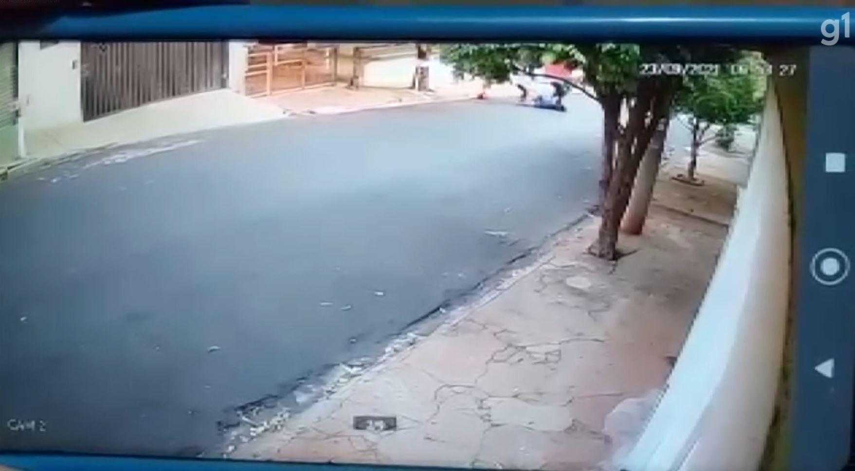 Menina é agredida e arrastada por ladrão no meio da rua a caminho da escola em Ribeirão Preto; VÍDEO