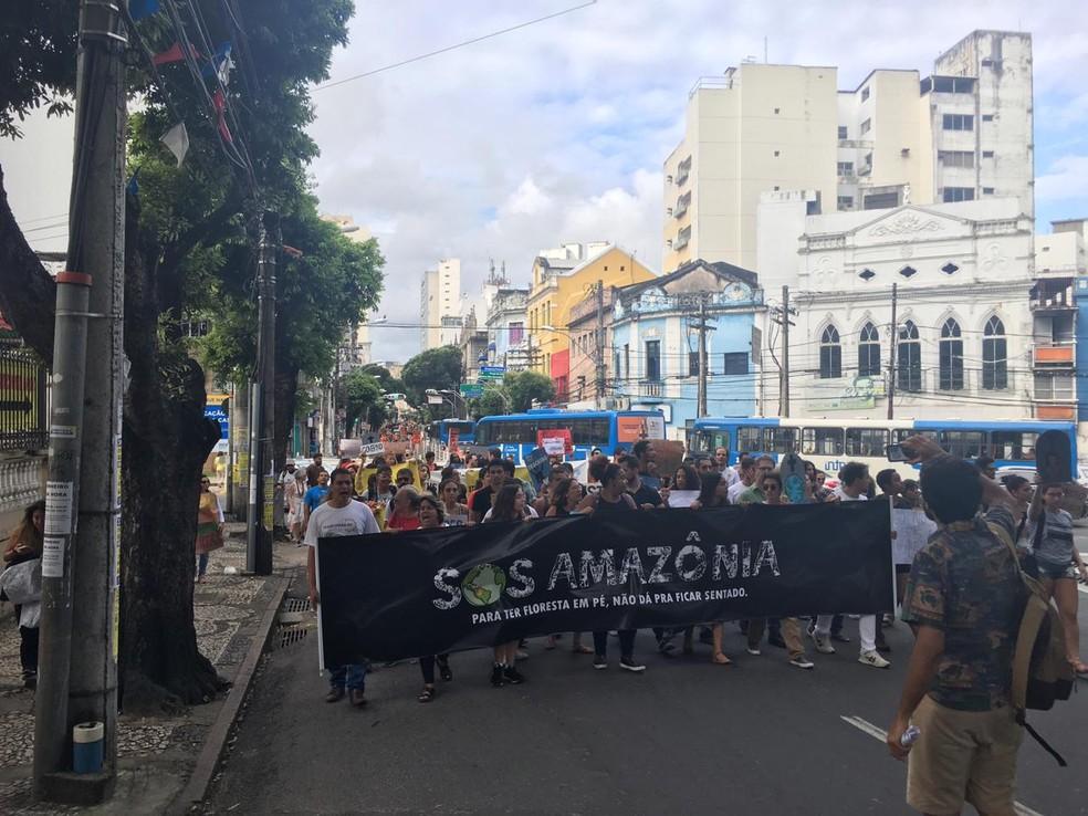 Manifestantes caminharam pelas ruas do Centro de Salvador — Foto: Isabela Cardoso/ G1