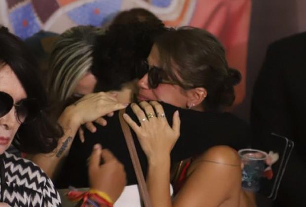 Luana Carvalho, filha de Beth Carvalho, é consolada por amigos e familiares (Foto: Daniel Pinheiro/AgNews )