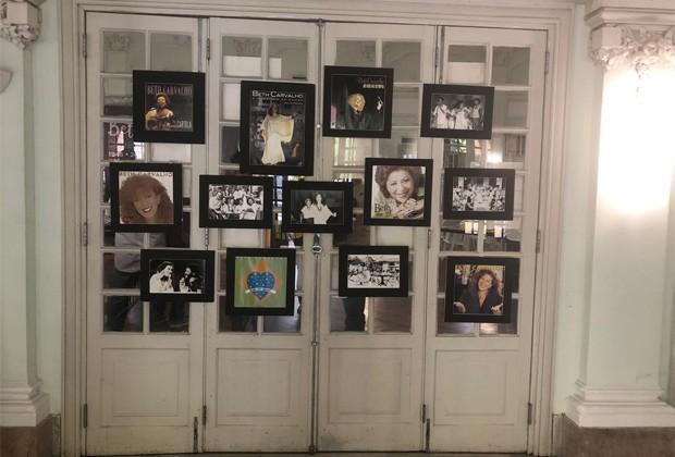 Fotos da carreira de Beth Carvalho decoram local onde corpo da cantora é velado (Foto: QUEM)