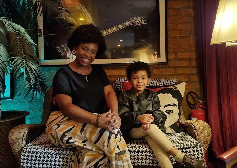 A atriz e cantora Letícia Soares com o filho (Foto: Arquivo pessoal)