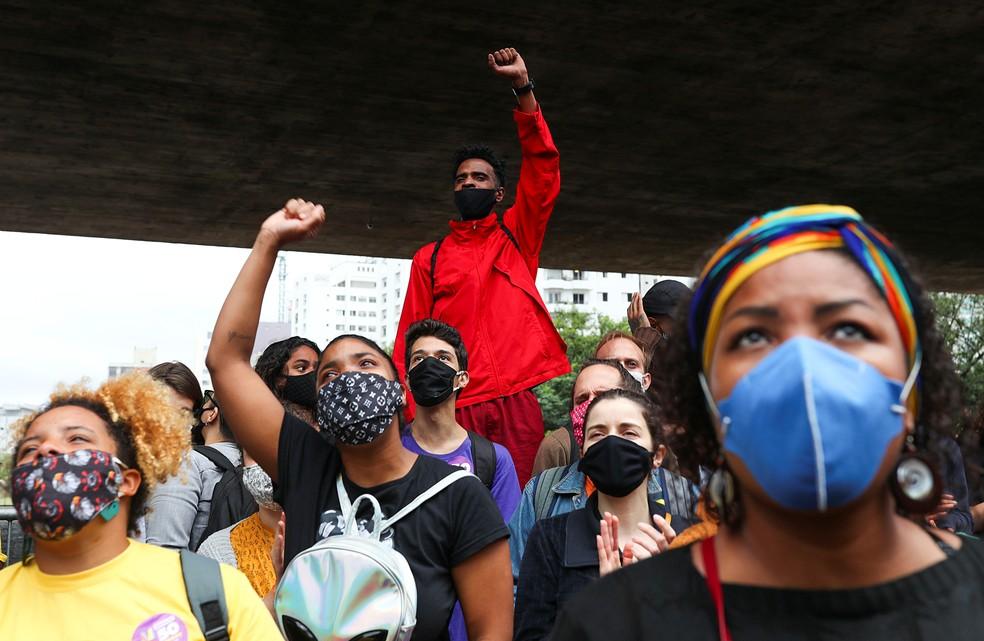 Manifestantes pedem justiça por João Alberto, homem negro espancado até a morte, durante ato no Masp nesta sexta-feira (20).  — Foto: REUTERS/Amanda Perobelli