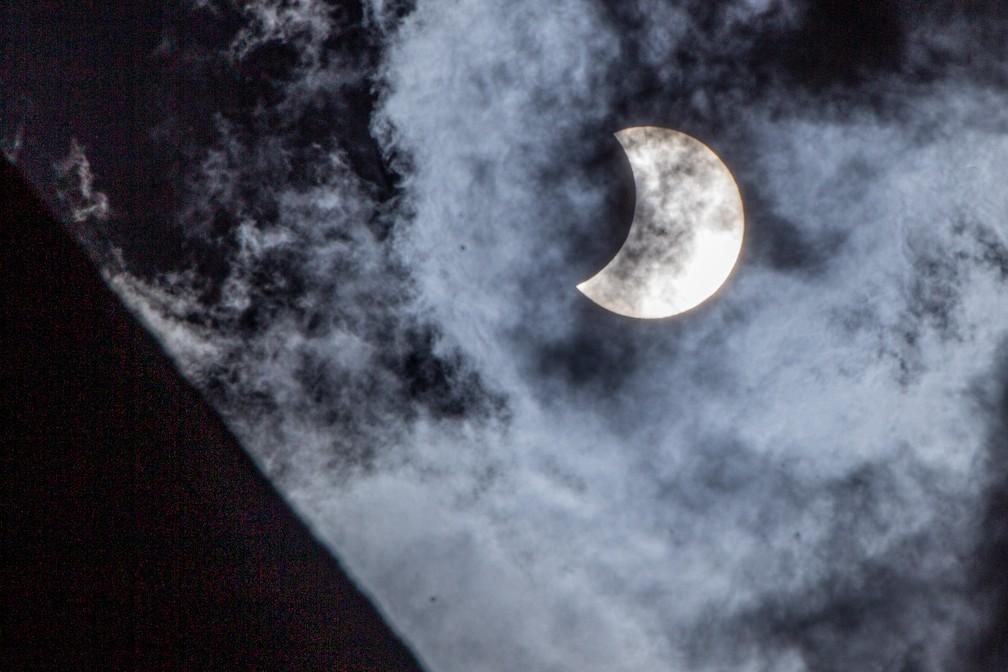 Vista geral do eclipse solar parcial da cidade de Santo André, na grande São Paulo, nesta segunda-feira, 14 de dezembro de 2020.  — Foto: DEIVIDI CORREA/ESTADÃO CONTEÚDO