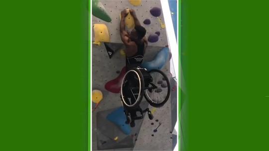 Força descomunal: atleta paralímpico escala paredão sem se soltar da cadeira de rodas