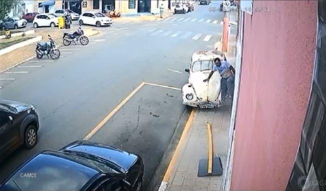 Homem sai correndo após ser atropelado na calçada por Fusca em São Miguel Arcanjo; vídeo
